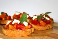 Тосты с помидорами, зеленью и сыром