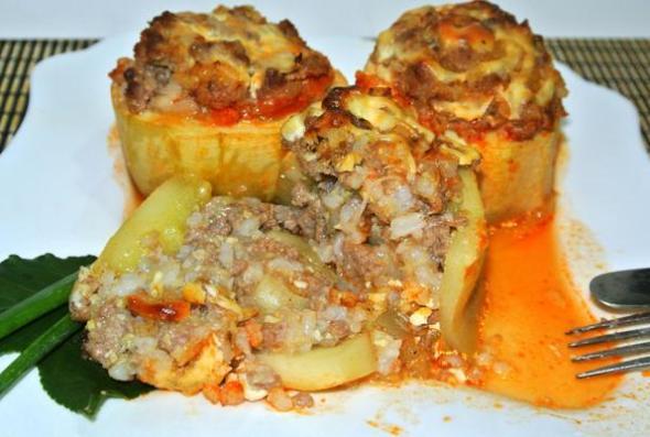 Кабачки, фаршированные мясом, шаг 7 - подаем с соусом