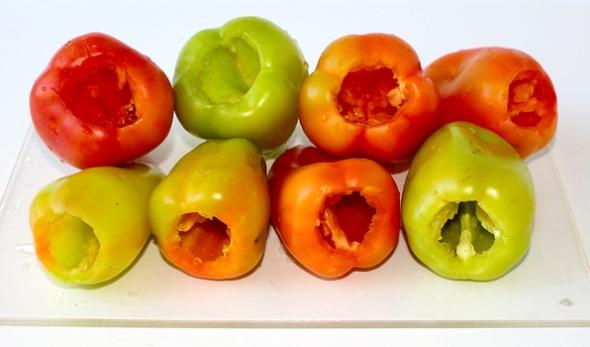 Перец, фаршированный овощами и рисом - вырезаем плодоножки у перцев