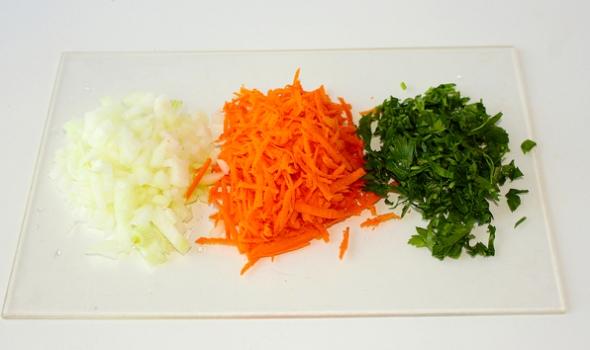 Перец, фаршированный овощами и рисом - измельчаем лук, зелень, морковь