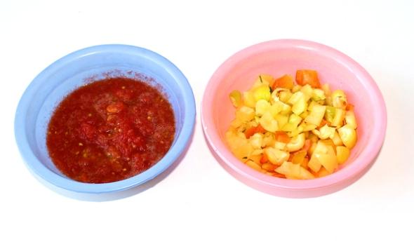 Перец, фаршированный овощами и рисом - измельчаем остатки перца, помидоры трем на терке