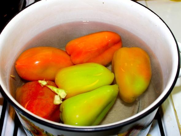 Перец, фаршированный овощами и рисом - в кипяток закладываем перцы