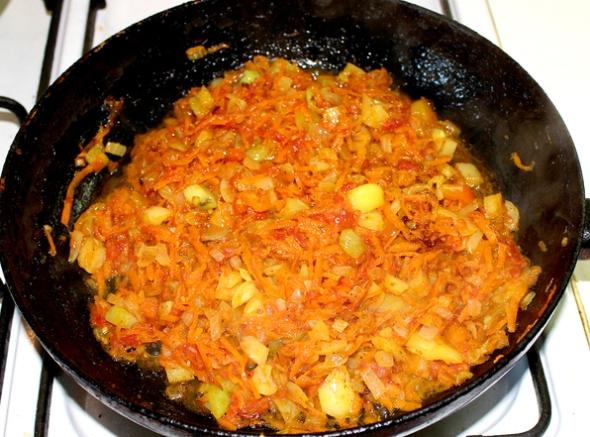 Перец, фаршированный овощами и рисом - обжариваем лук, морковь, остатки перца и тертые помидоры