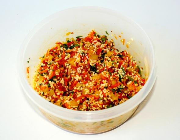 Перец, фаршированный овощами и рисом - соединяем рис, зелень, овощи
