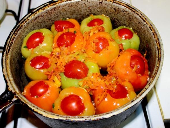 Перец, фаршированный овощами и рисом - перцы фаршируем и заливаем кипятком