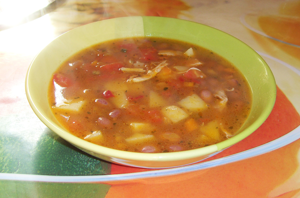 Суп с фасолью и лапшой в тарелке