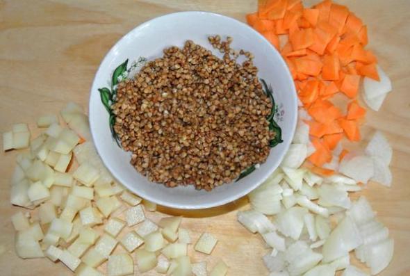 Нарезать картофель, лук, морковь