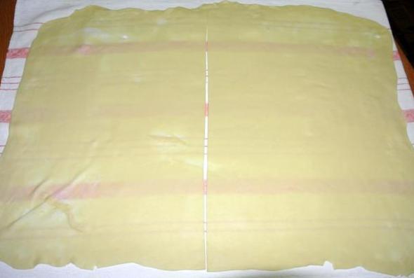 Шаг 8 - дели тесто на 2 части
