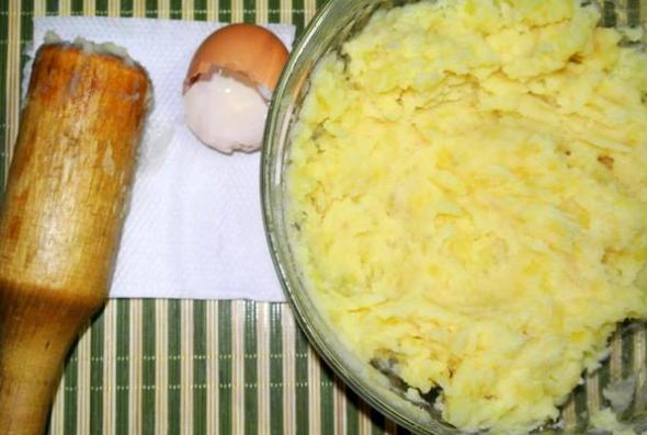 Шаг 3 - размять картофель с яйцом