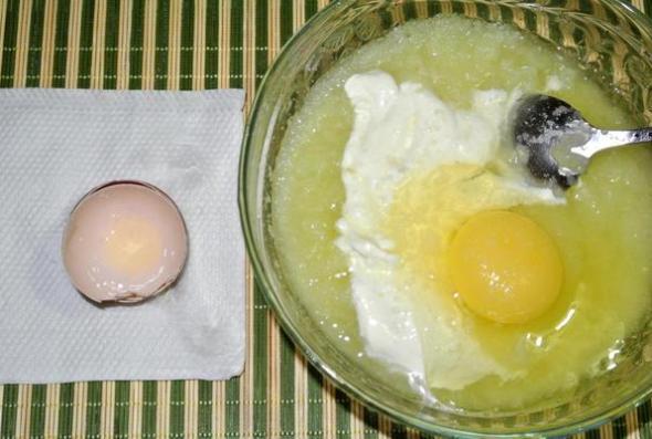 Шаг 4 - кабачковое пюре перемешать с яйцом, сметаной, мукой, солью