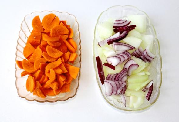 Нарезаем овощи для рагу