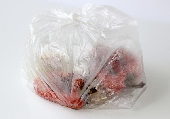 Переложите перец в полиэтиленовый пакет