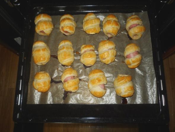Сосиски в слоеном тесте из духовки на противне