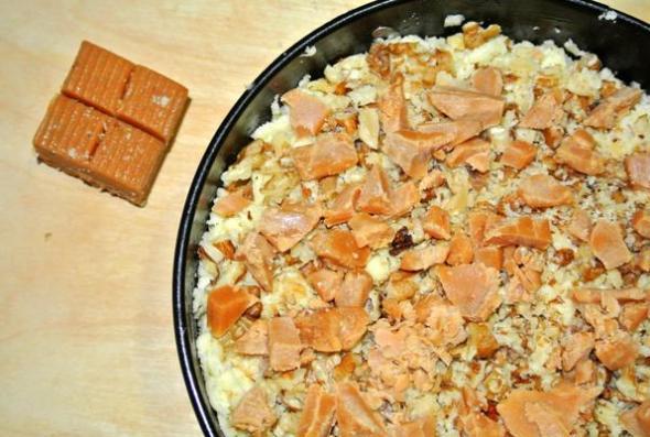 Пирог с яблоками и заварным кремом, шаг 11 - добавляем ириски