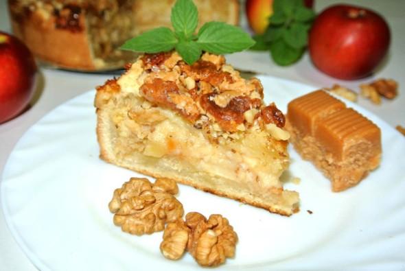 Пирог с яблоками, заварным кремом и орехами