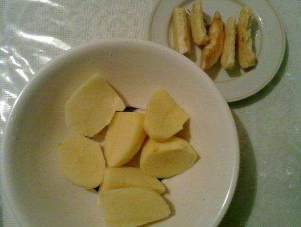 Шаг 4 - нарезаем картофель и алычу