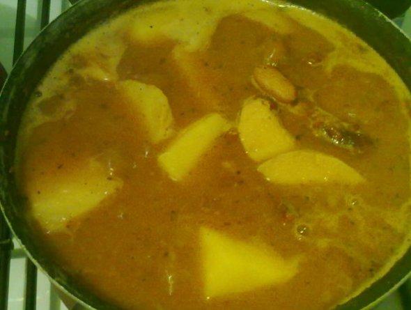 Шаг 5 - добавляем картофель и алычу