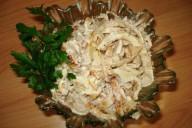 Салат из омлетной ленты, опят и куриного филе