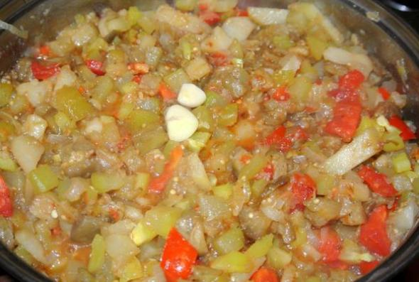 Овощное рагу с баклажанами, кабачками и помидорами