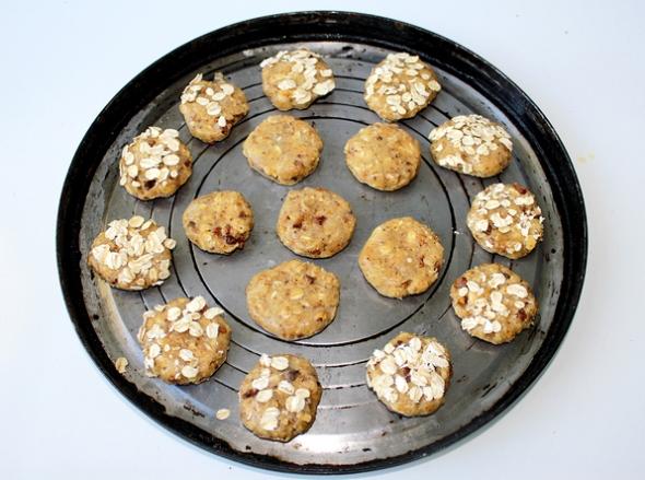 Печенье из муки с овсяными хлопьями - шаг 7