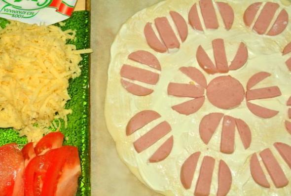 Шаг 5: смазываем майонезом и кладем колбасу