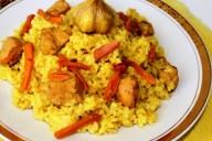 Плов с курицей (куриным филе), на тарелке, приготовленный в казане