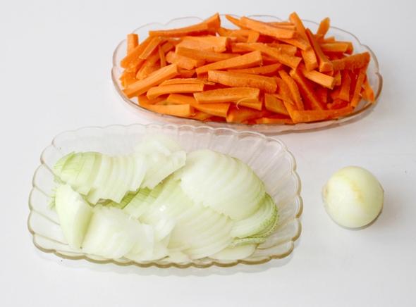 Плов с куриным филе шаг 2 - нарезаем лук и морковь