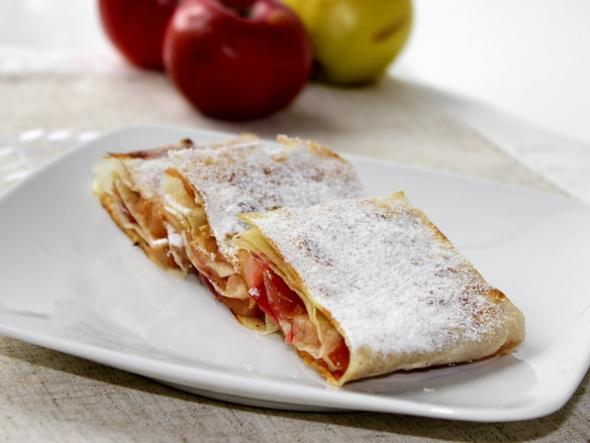 Шаг 8: штрудель из лаваша с яблоками на блюде, посыпаем сахарной пудрой