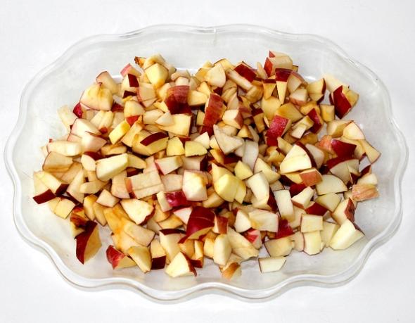 Шаг 1: яблоки нарежьте