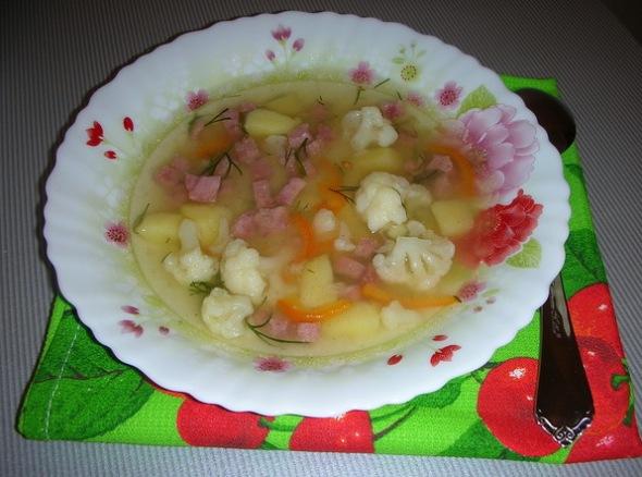 Разливаем суп с цветной капустой по тарелкам