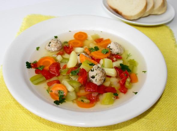 Суп с фрикадельками подаем у столу