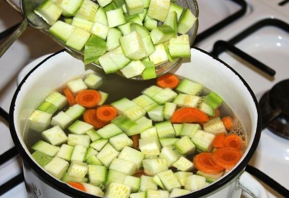 Варим в кастрюле картофель