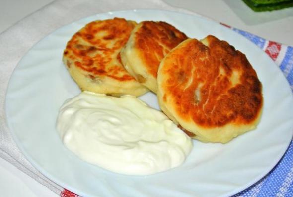 Шаг 5 - подаем сырники со сметаной, вареньем или медом