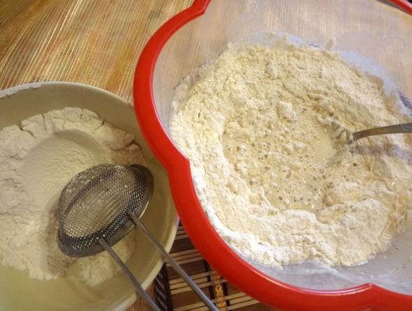 Шаг 2 - добавьте соль, масло, муку