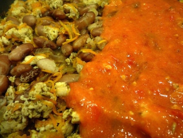 Шаг 7 - добавить томаты и бульон