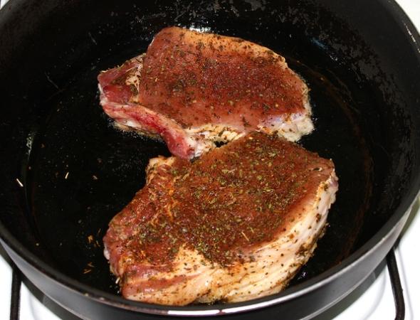 Костица - шаг 6 - обжариваем мясо с одной стороны