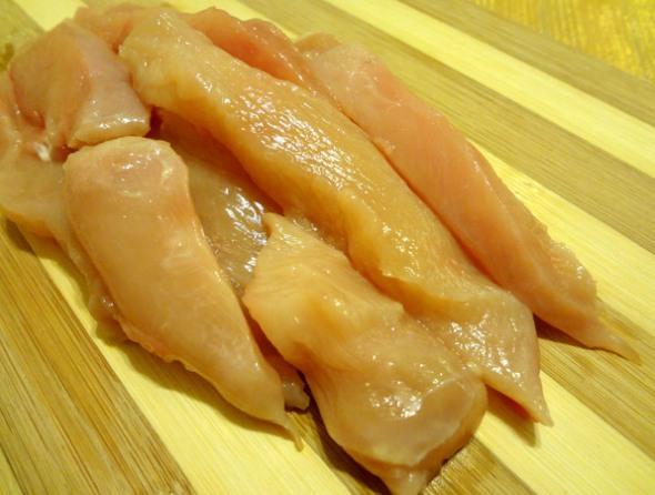 Шаг 1 - нарежьте куриное филе