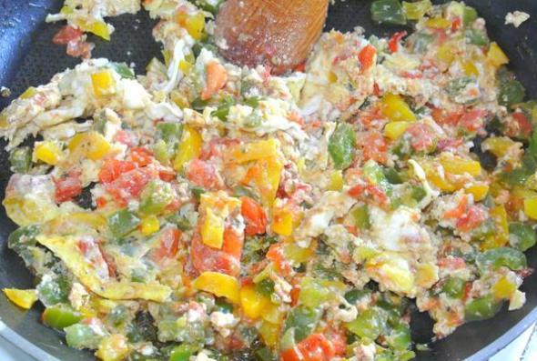 Менемен - шаг 3 - перемешиваем омлет с овощами