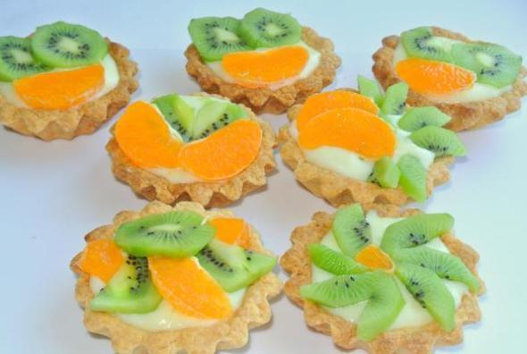 Шаг 11 - украшаем фруктами песочные корзиночки