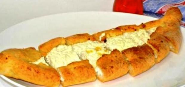 Турецкая лепешка пиде с творогом и сыром