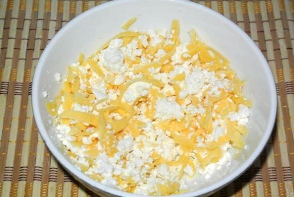 Шаг 4 - перемешиваем творог, брынзу и сыр