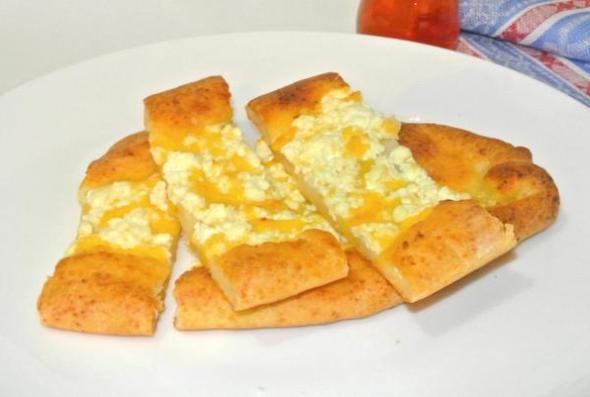 Турецкая лепешка пиде с сыром, творогом, брынзой