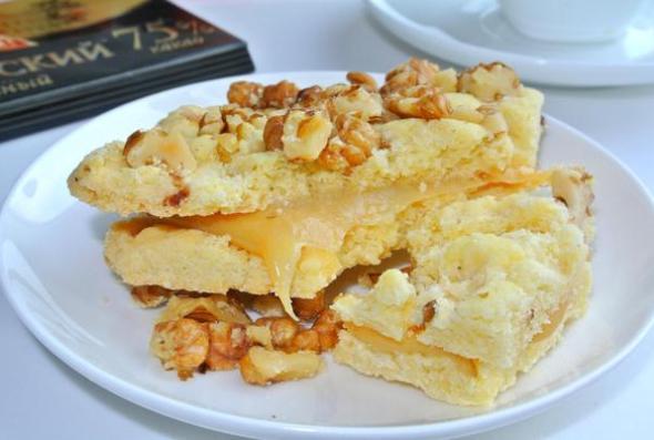 Рассыпчатое печенье со сгущенкой, обсыпанное орехами