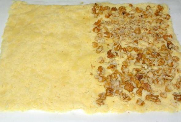 Шаг 5 - одну часть теста обсыпаем орехами