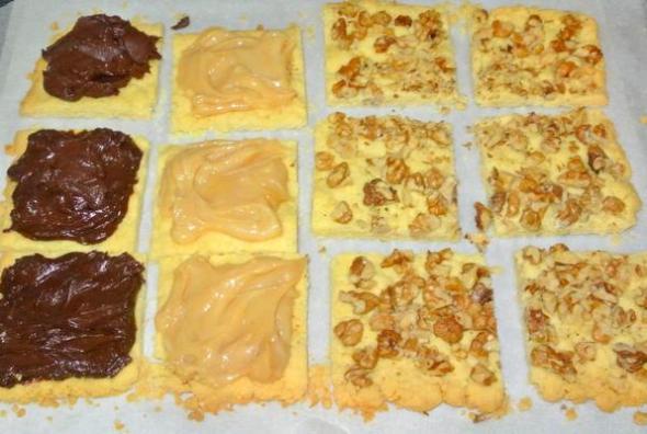 Шаг 7 - намазываем квадратики сгущенкой или шоколадным кремом