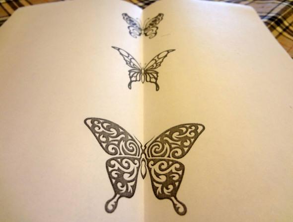 Шаг 2 - сложите рисунок бабочек пополам