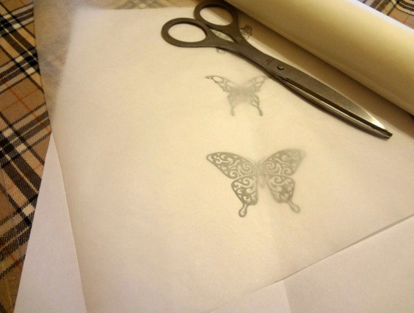Шаг 3 - накройте бабочек бумагой