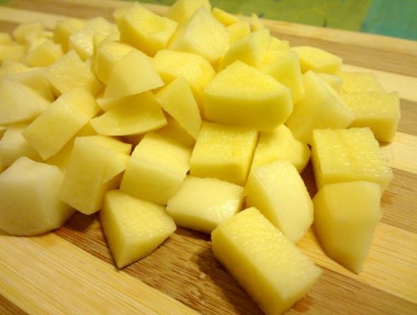 Шаг 1 - картофель опустить в бульон