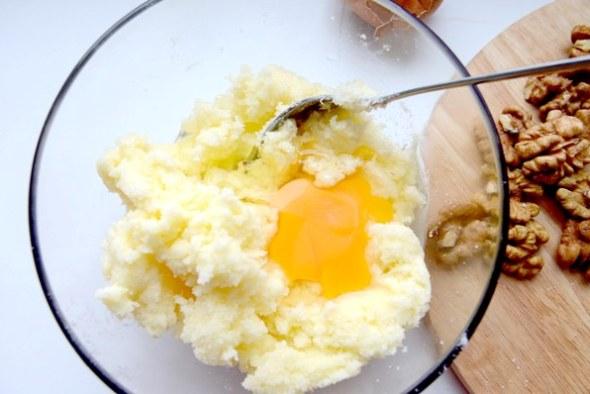Тыквенное печенье - шаг 1 - смешиваем масло с сахаром и яйцом