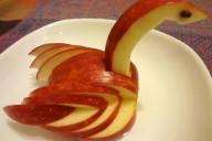 Украшение стола из яблок - лебедь